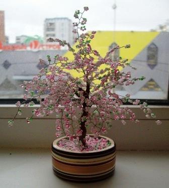 очень красивые деревья.  Я увлеклась бисером совсем недавно, сделала только три деревца - сакуру, дерево любви и еще...