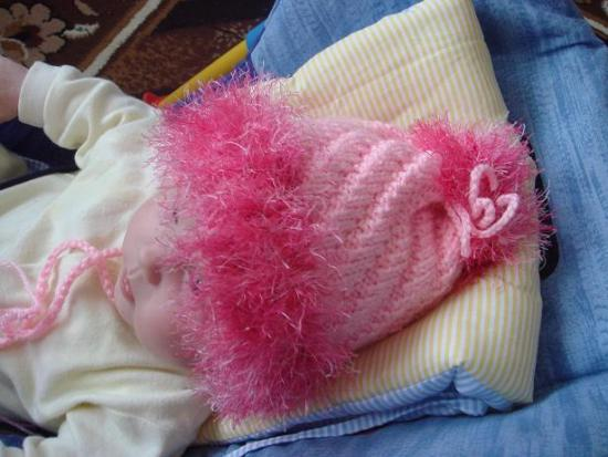 розовое платье связанное на спицах резинкой с высоким горлом.